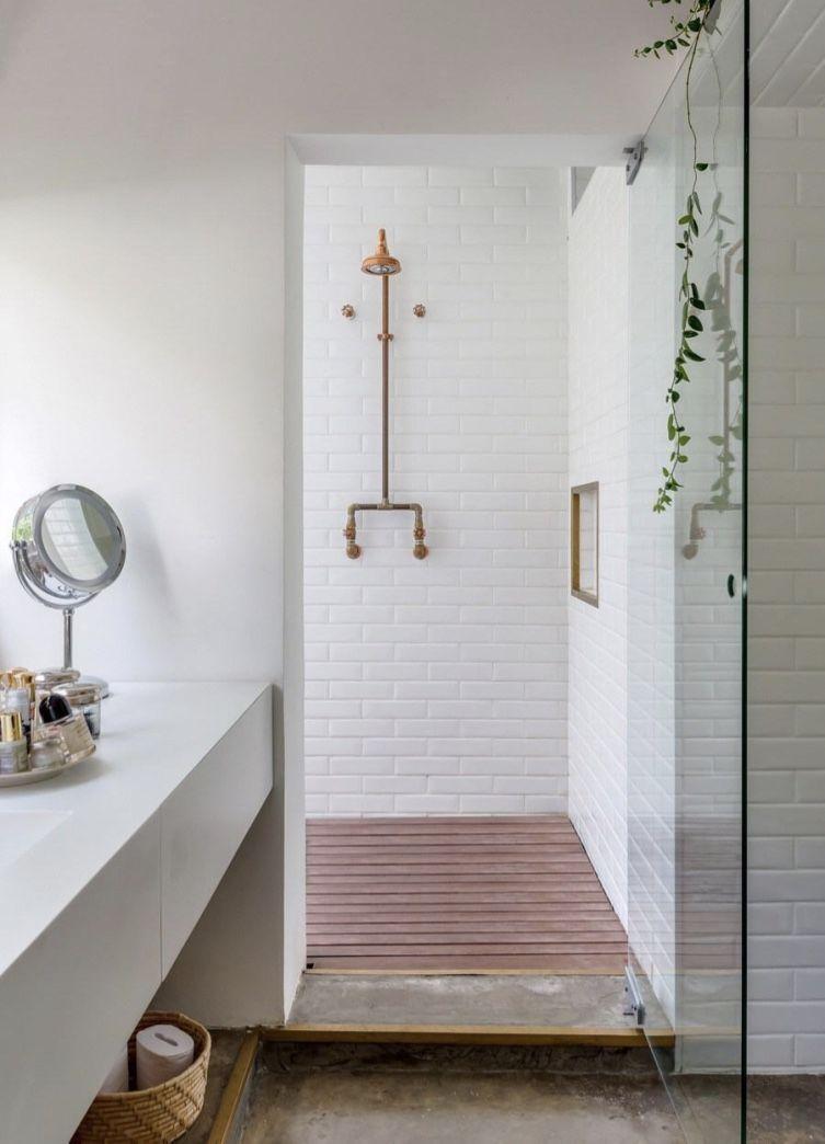 Tubulação aparente no banheiro decorado