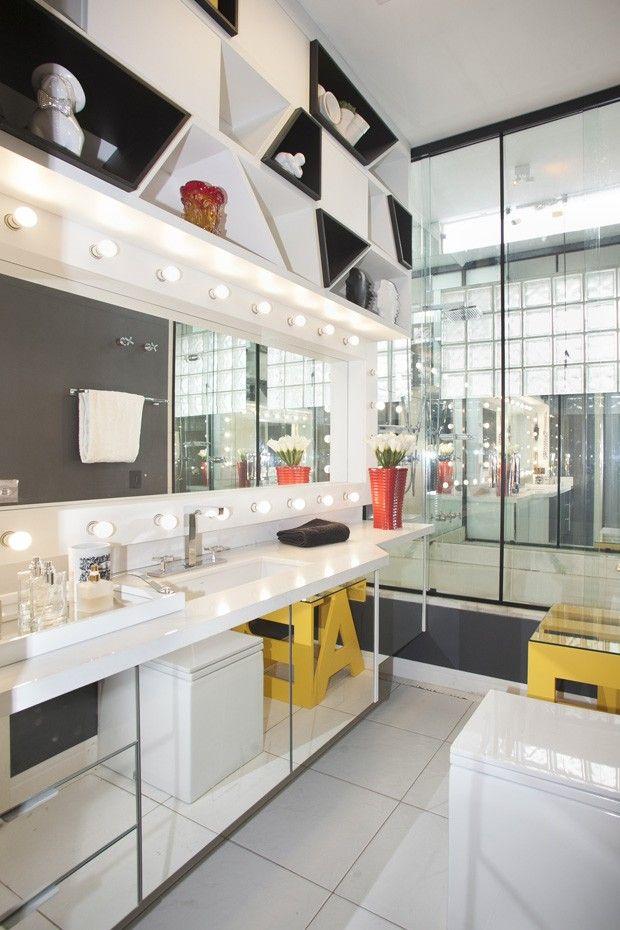 Banheiro decorado com espaço para maquiagem