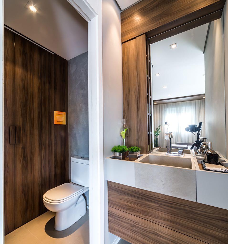 Banheiro decorado em madeira