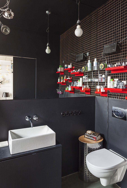 Prateleiras vermelhas na decoração do banheiro