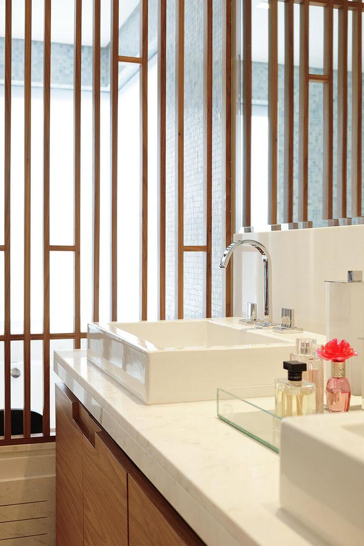 Banheiro decorado com divisórias vazadas