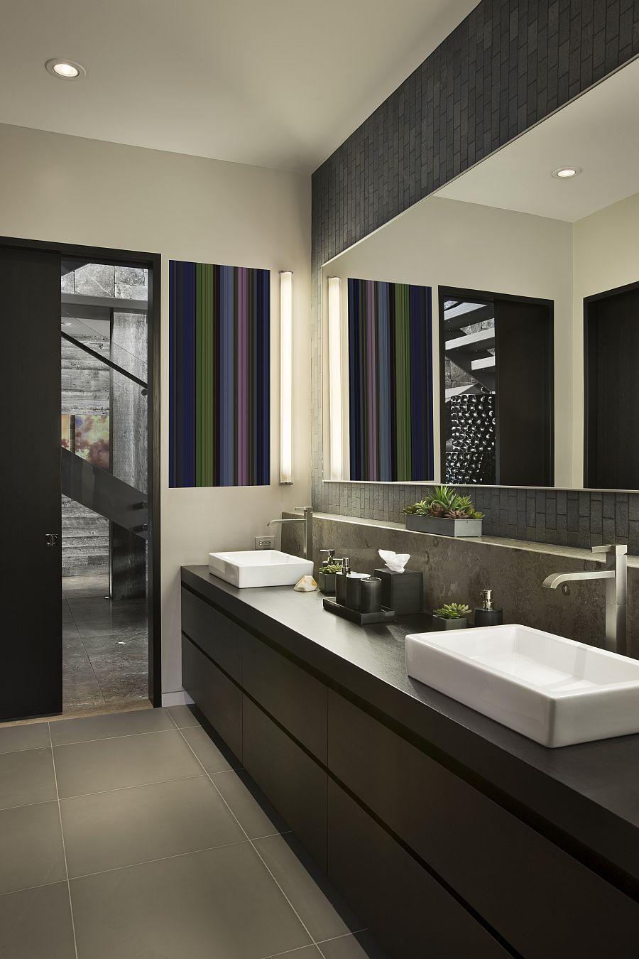 Banheiro amplo decorado