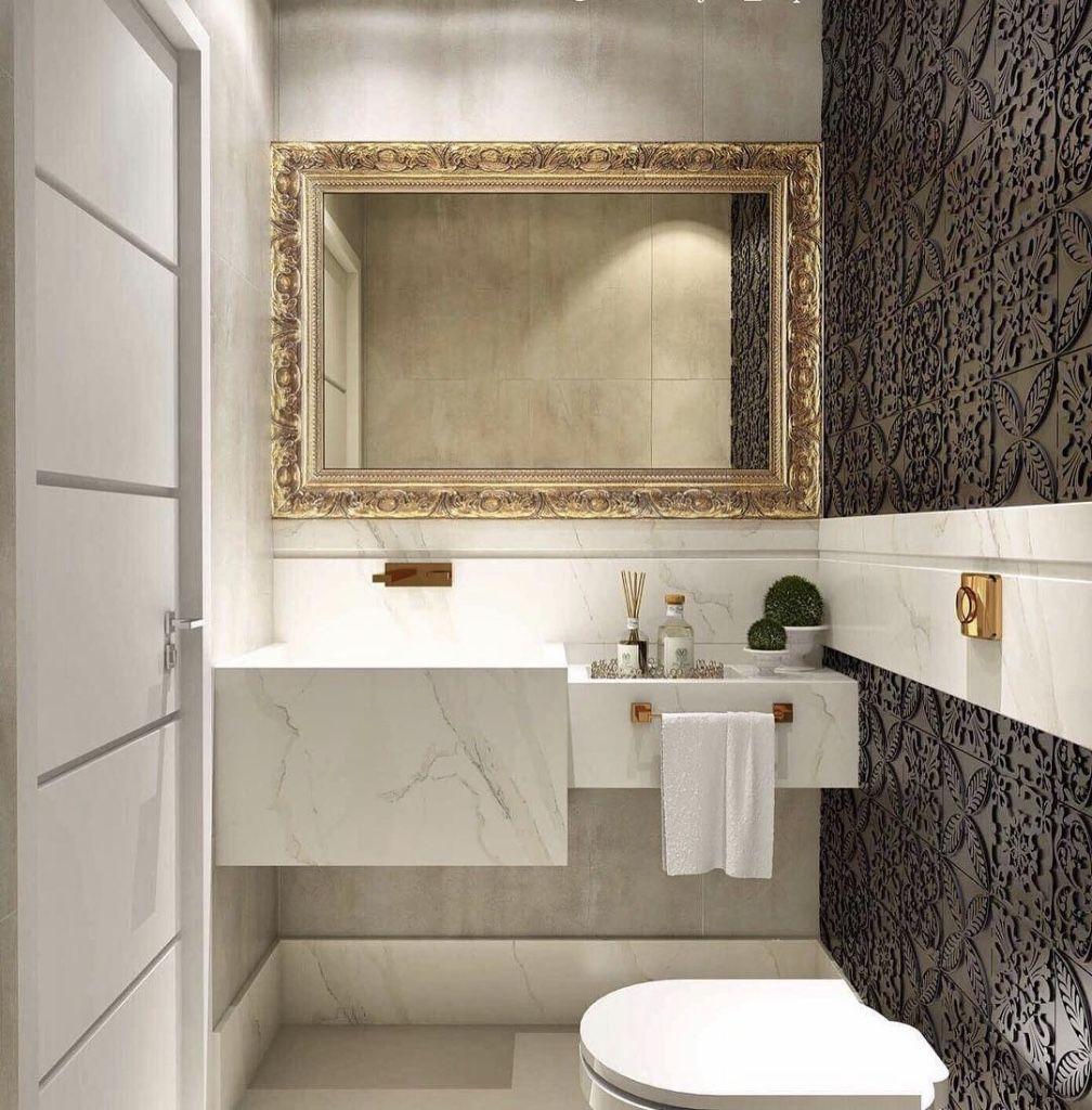 Moldura do espelho no banheiro