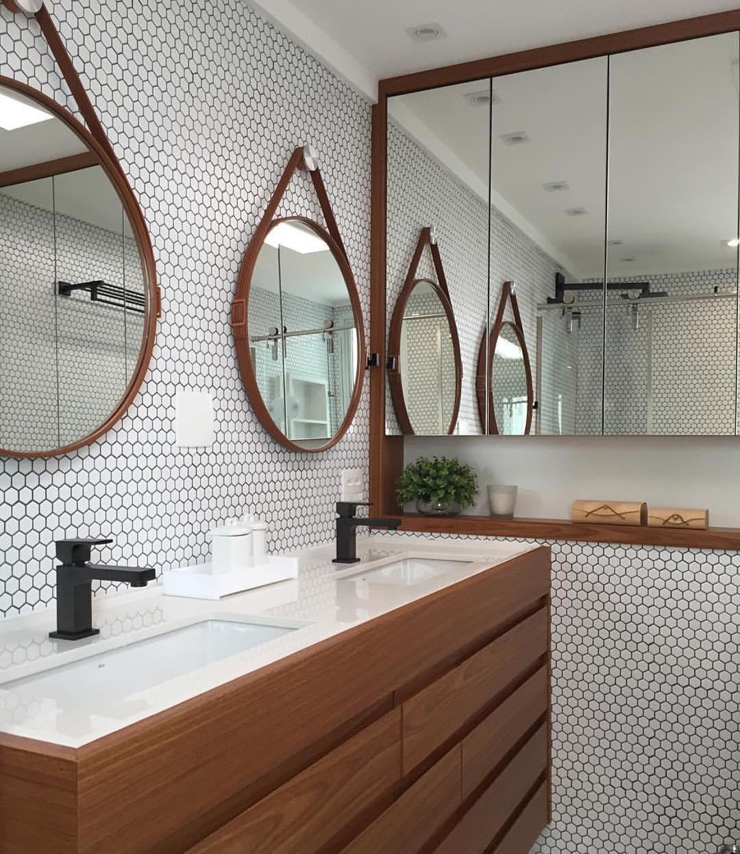 Banheiro no estilo escandinavo com espelhos