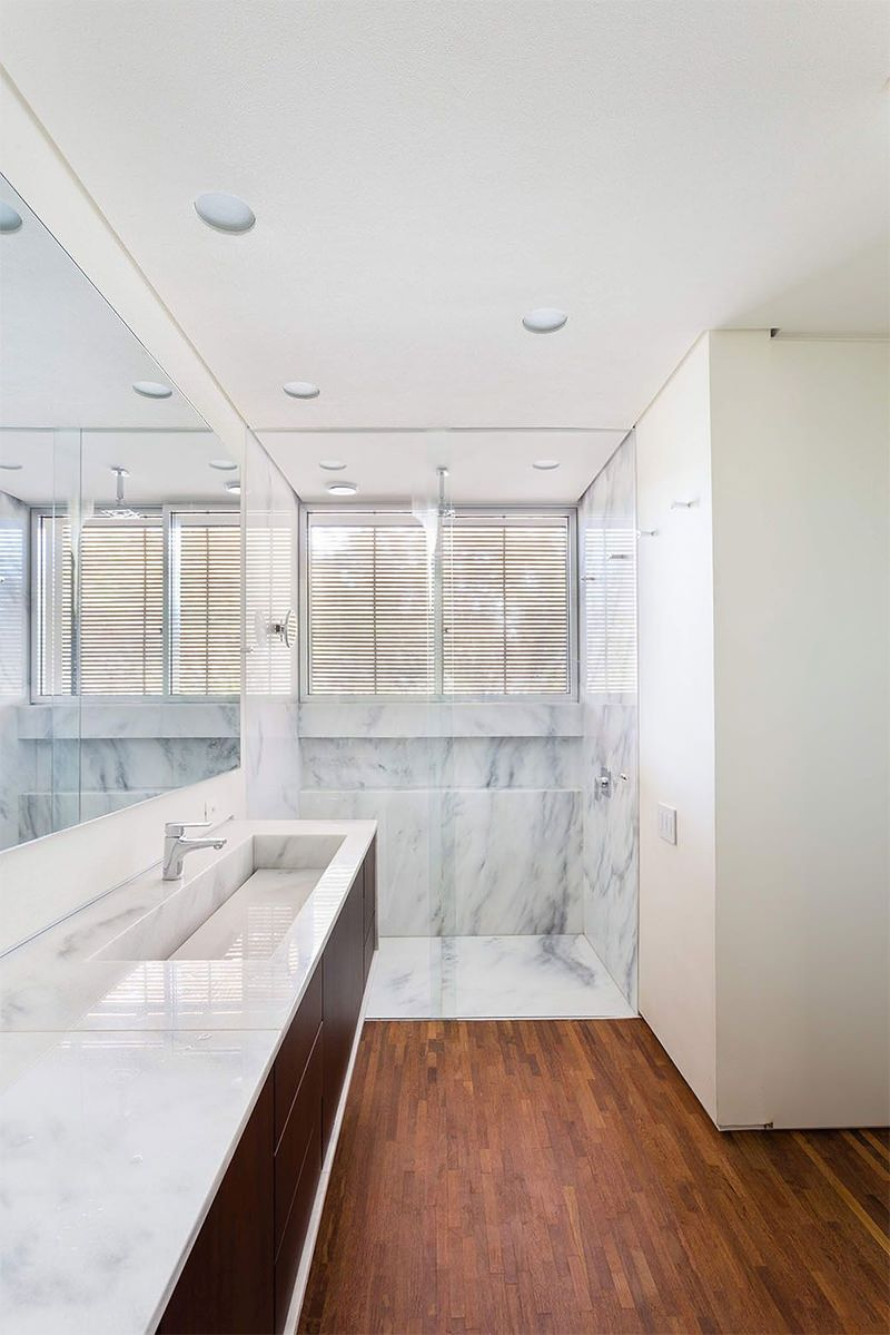 Contraste com materiais utilizados na decoração do banheiro