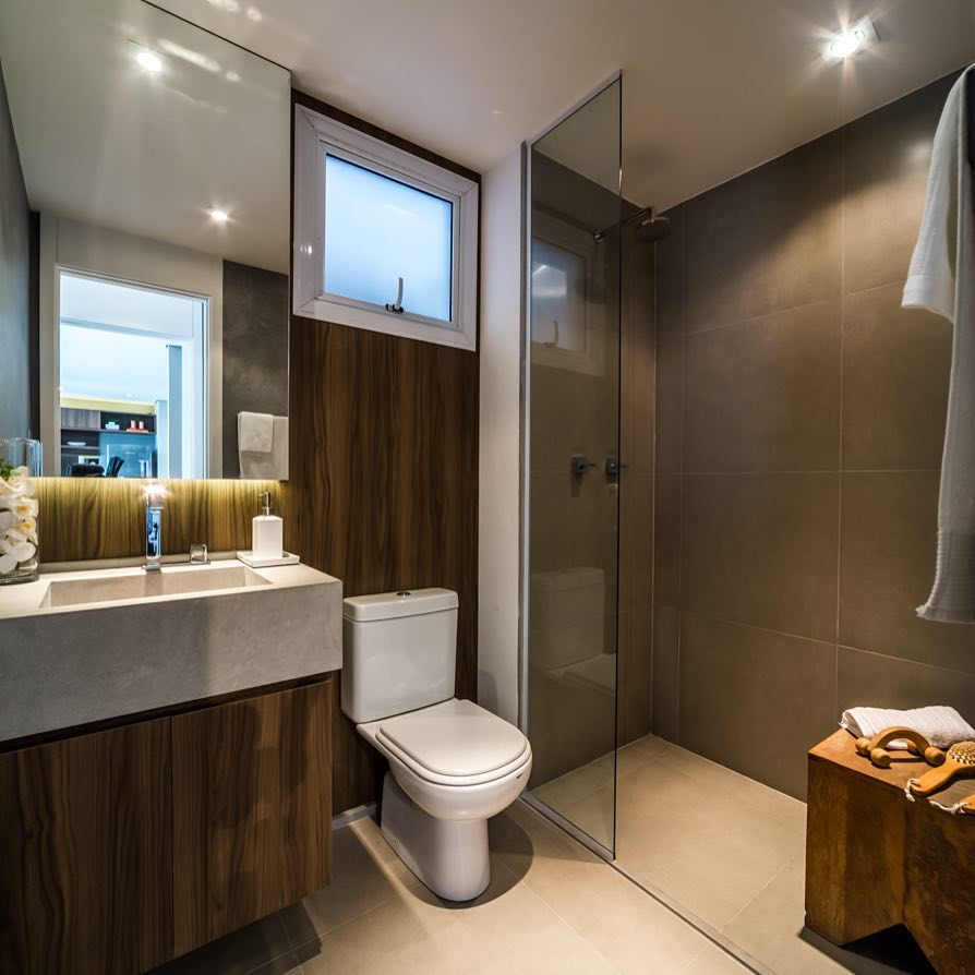 Banheiro cinza e marrom