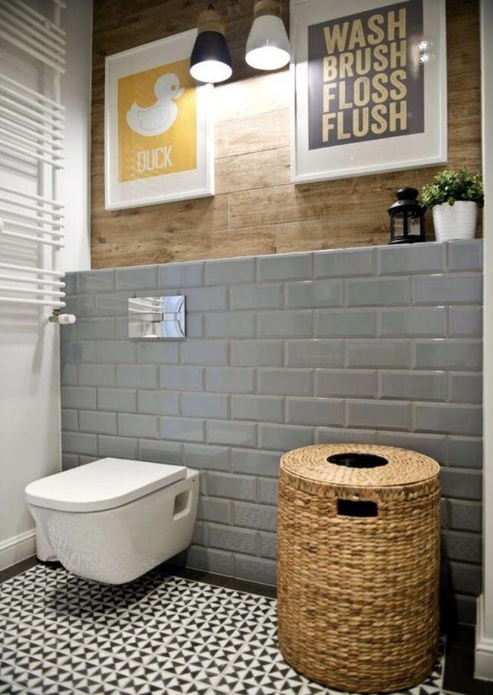 Banheiro com revestimento de metrô