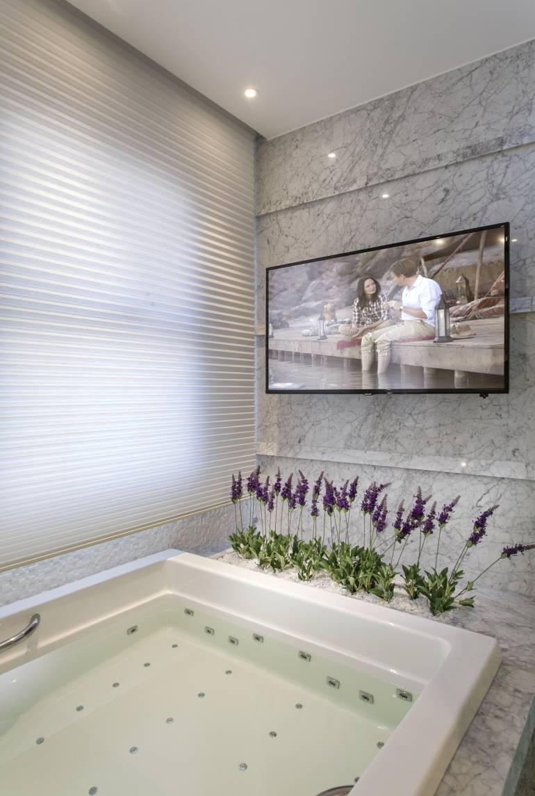 Banheiro decorado com televisor