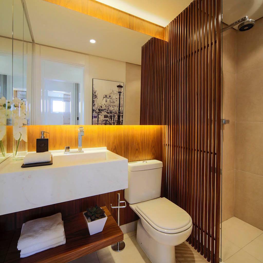 Ripas de madeira no banheiro