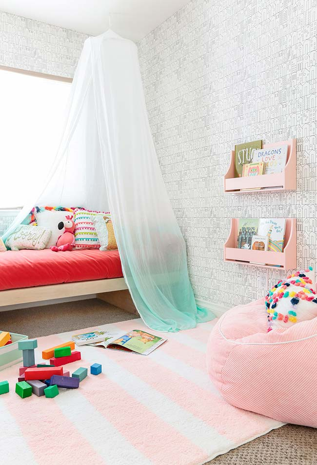 Papel de parede neutro na decoração de quarto de menina lúdico