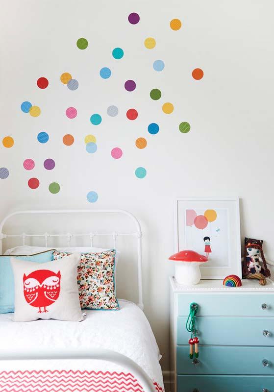 Pequenos detalhes: adesivos coloridos circulares na decoração da parede do quarto de menina