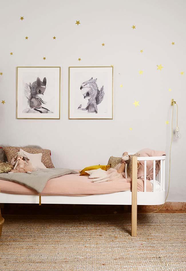 Um toque de dourado e rosé na decoração do quarto de menina