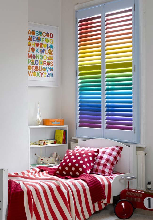 Persiana colorida com degradê de cores do arco-íris na decoração do quarto de menina