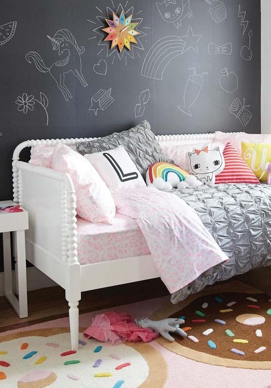 Parede lousa com ilustrações na decoração do quarto de menina