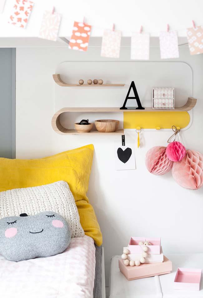 Um quarto de menina super fofo com prateleira em formato curvo e cama com almofadas