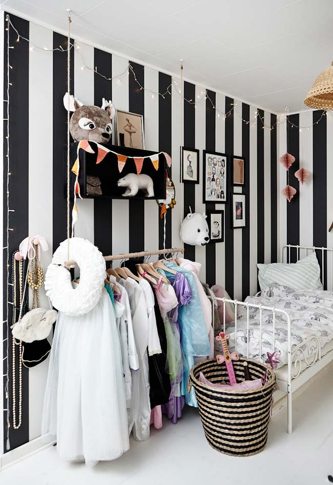 Papel de parede listrado preto e branco na decoração do quarto de menina
