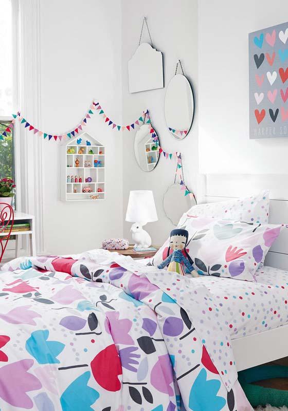 Bandeirinhas e roupa de cama colorida para o quarto de menina