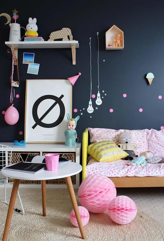 O fundo preto destaca ainda mais as cores do quarto