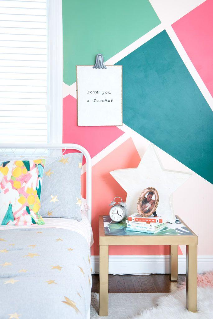 Formas geométricas e cores chamativas neste papel de parede para quarto de menina