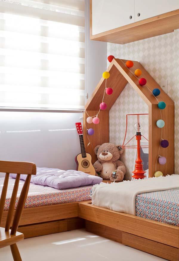 Quarto de menina simples decorado com duas camas