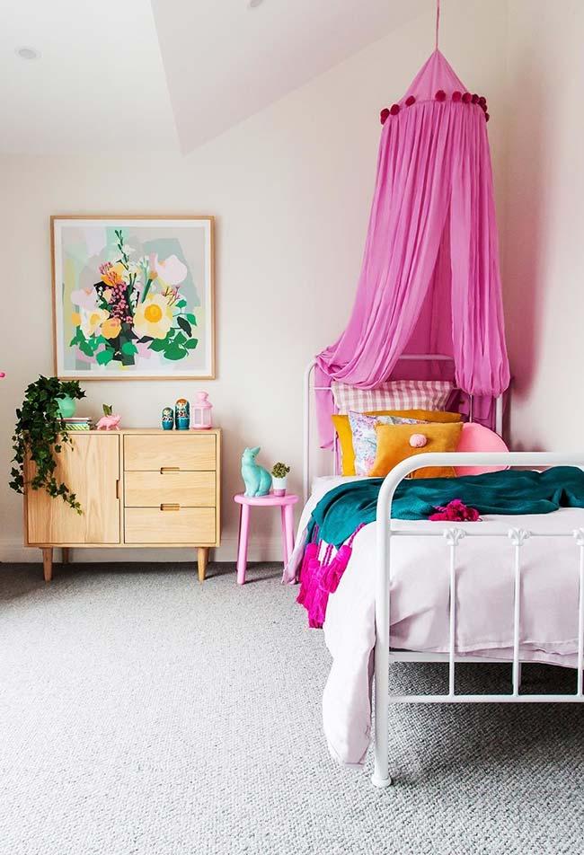 Cama de quarto de menina com dossel