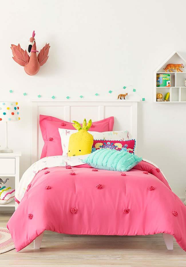 Quarto de menina neutro onde a roupa de cama colorida chama a atenção