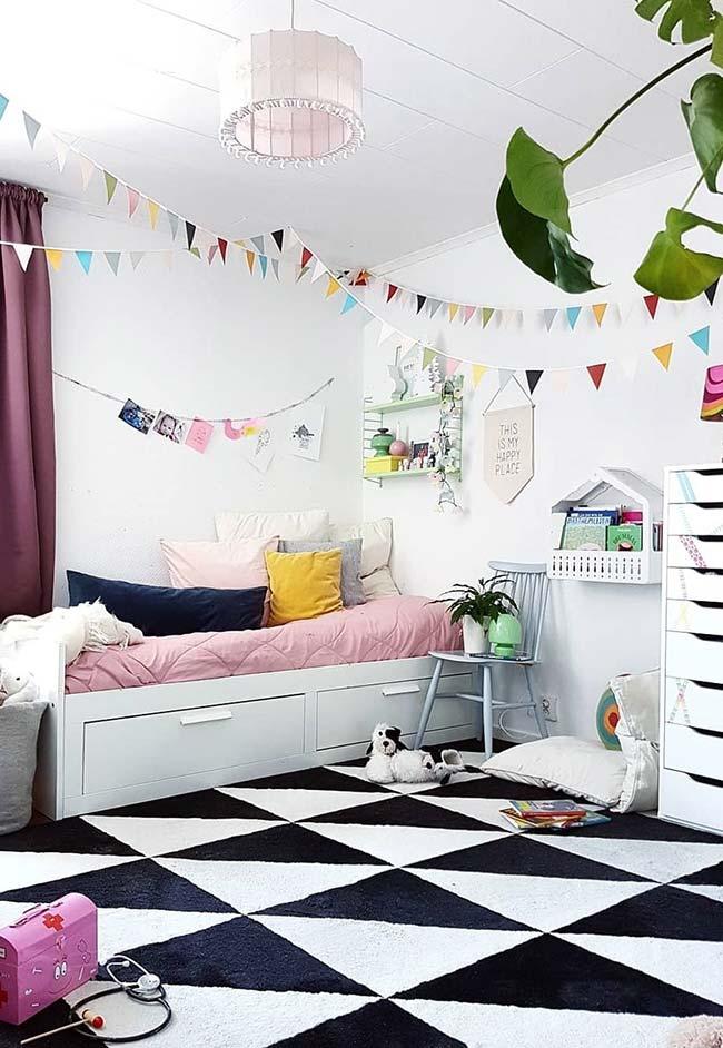Decoração de quarto de menina com bandeirinhas