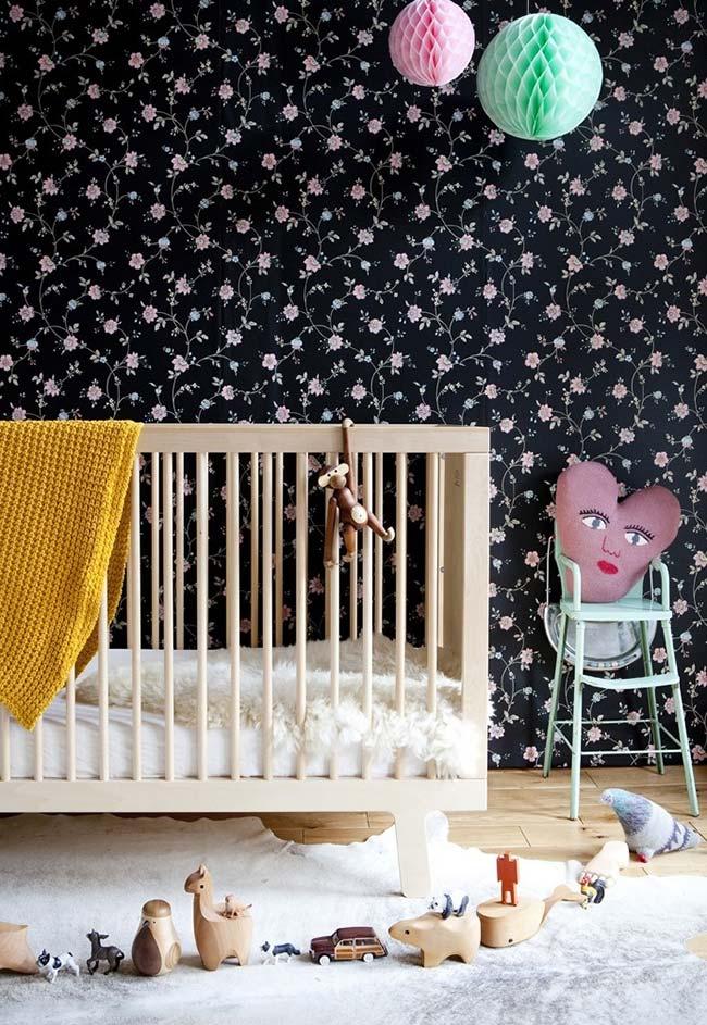 Fugindo um pouco do comum, esse quarto de bebê com papel de parede tem um fundo preto com estampa floral