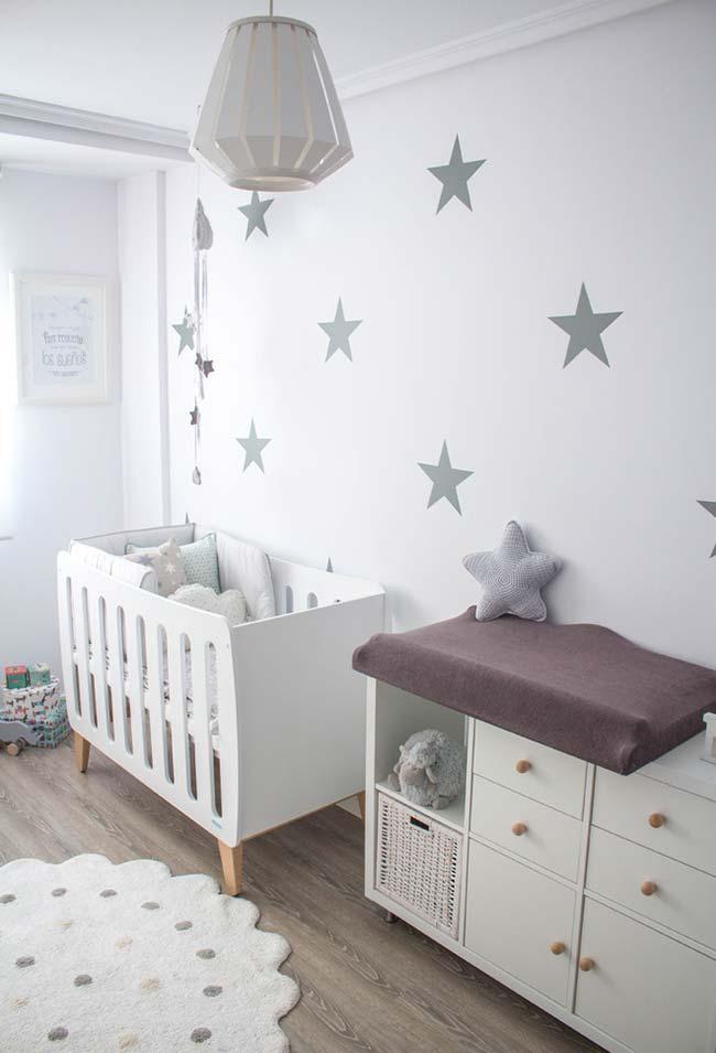 Ao invés de usar papel de parede no quarto do bebê, você pode optar por usar apenas alguns adesivos de estrela