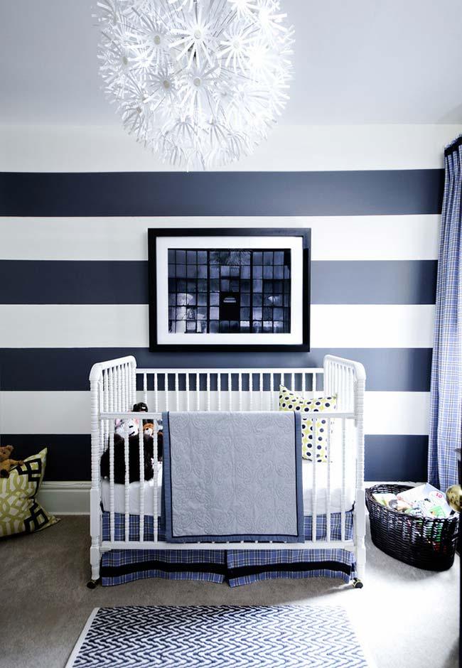 Quarto de bebê com papel de parede de listras largas em azul e branco