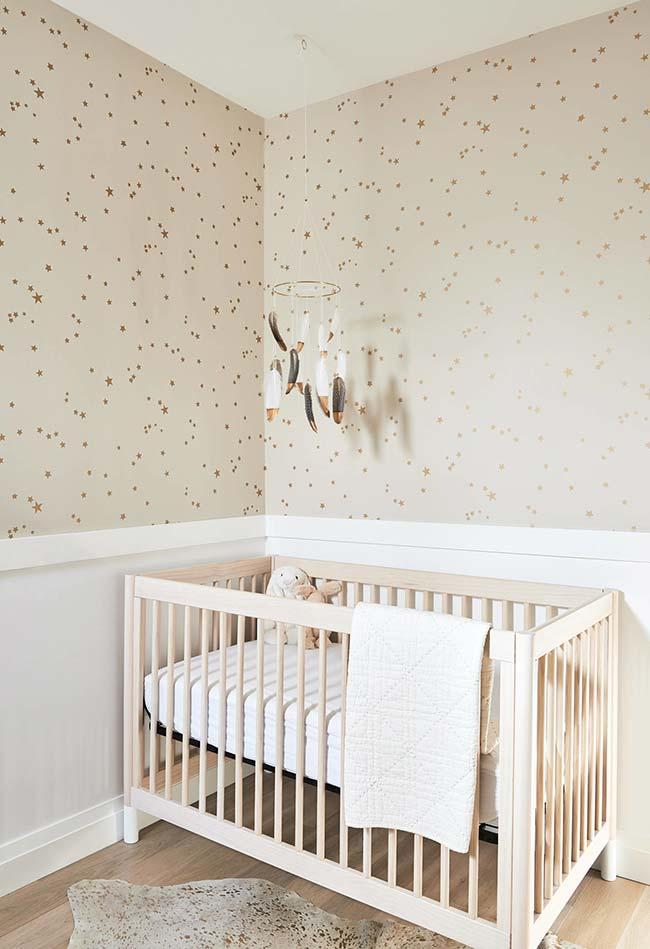 Quarto de bebê com papel de parede de estrelinhas e fundo bege