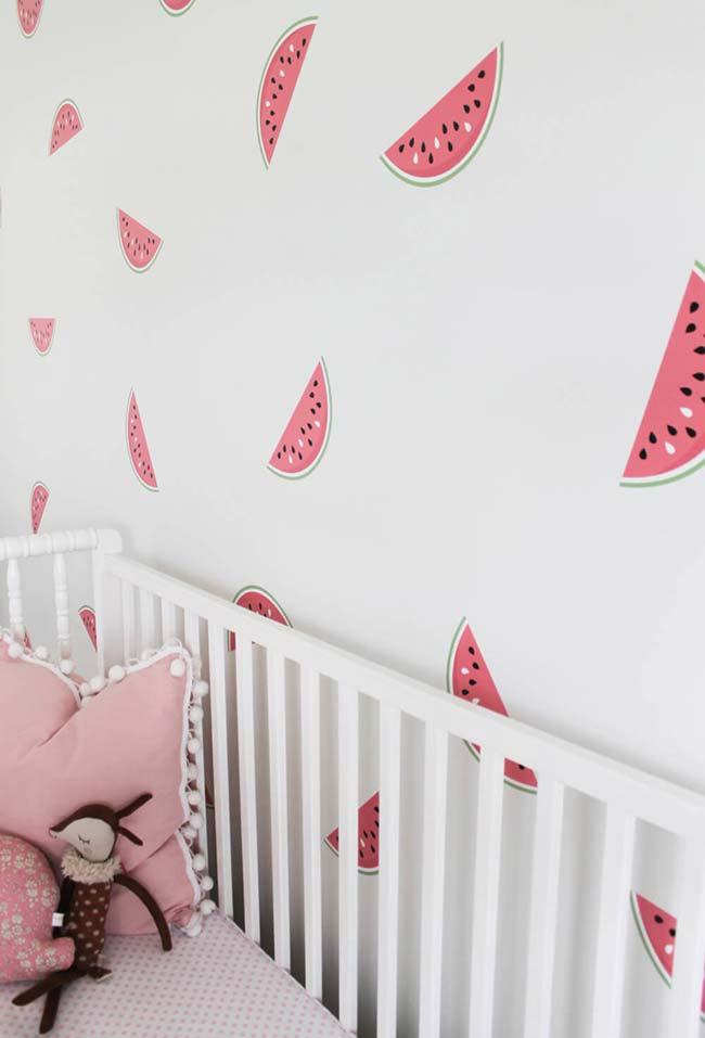 Quarto de bebê com papel de parede com desenhos de melancia