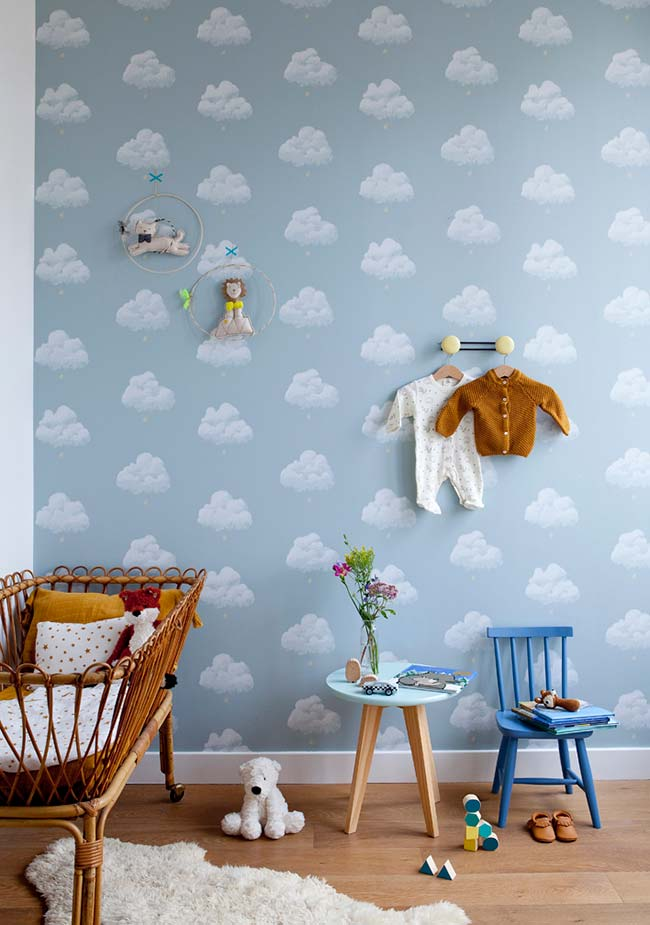 Quarto de bebê decorado com papel de parede azul
