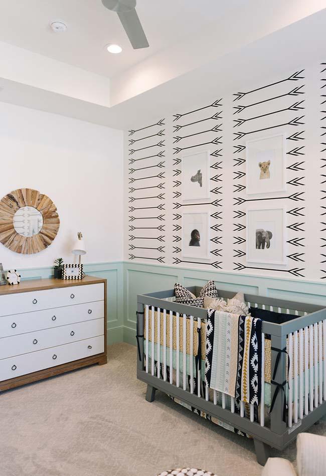 Para o quartinho de bebê de estilo étnico, um papel de parede na mesma proposta