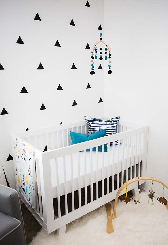 Quarto de bebê com papel de parede simples, mas com grande efeito visual para o quarto de bebê, especialmente se a ideia é criar algo moderno e atual