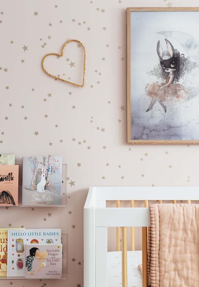 Quarto de bebê com papel de parede de estampa de estrelas cabe tanto em decorações de quartos de meninas, quanto de meninos, basta adequar a cor