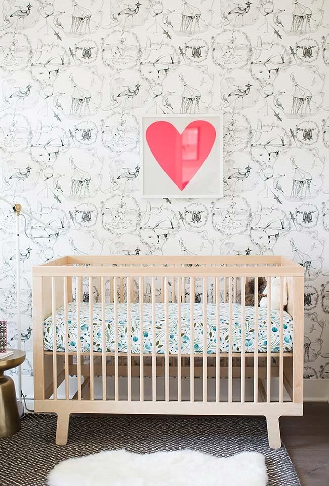 Quadro de coração vermelho traz contraste para o papel de parede preto e branco com estampa de animais