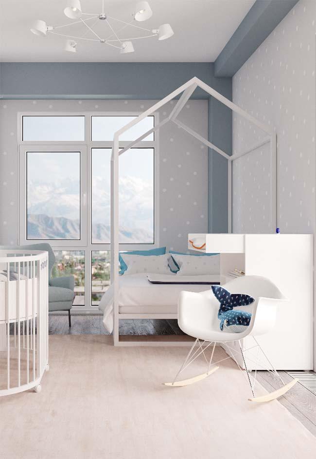 O papel de parede cinza com bolinhas brancas marca todo o quarto do bebê