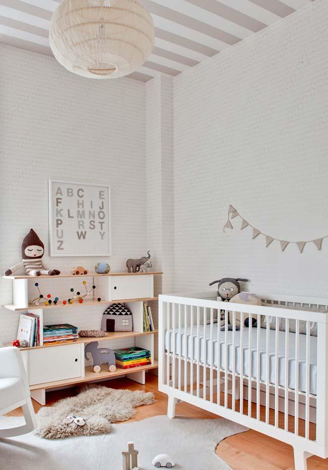 Quarto de bebê com pé-direito alto apostou no uso de papel de parede no teto e nas paredes