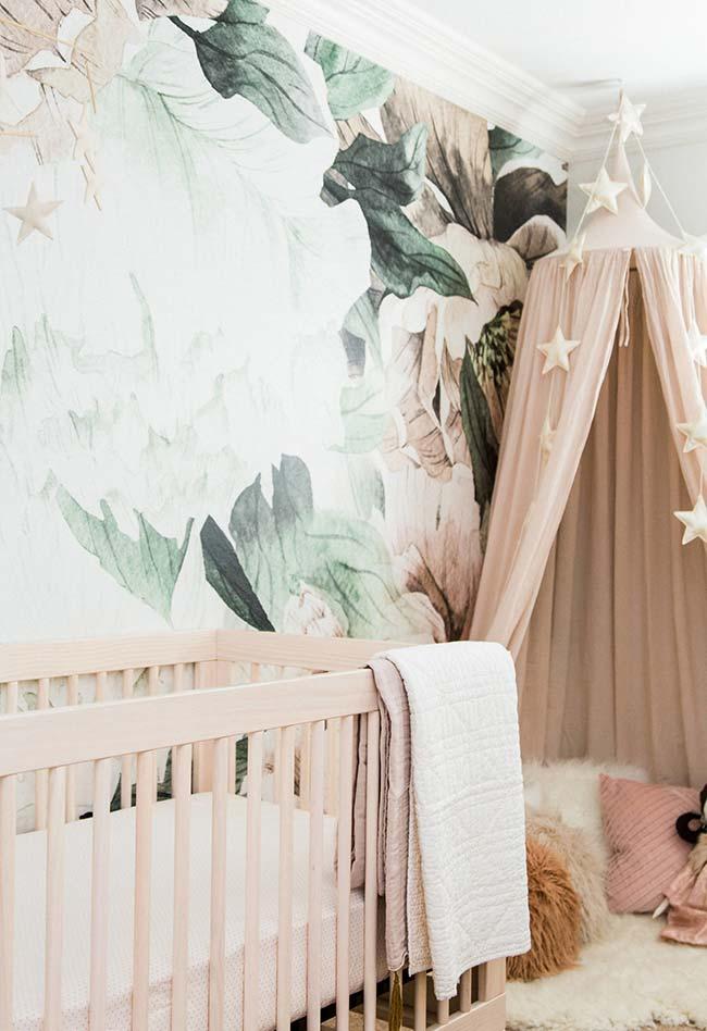 Estampa grande e colorida do papel de parede se harmonizou perfeitamente com o quarto de bebê