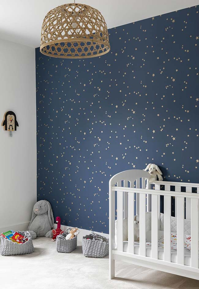 Um céu estrelado no quarto do bebê: efeito obtido graças ao papel de parede azul com estrelas brancas