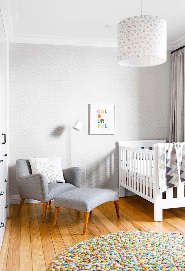 Quarto de bebê com papel de parede de tom neutro e discreto para o quarto de bebê estilo moderno