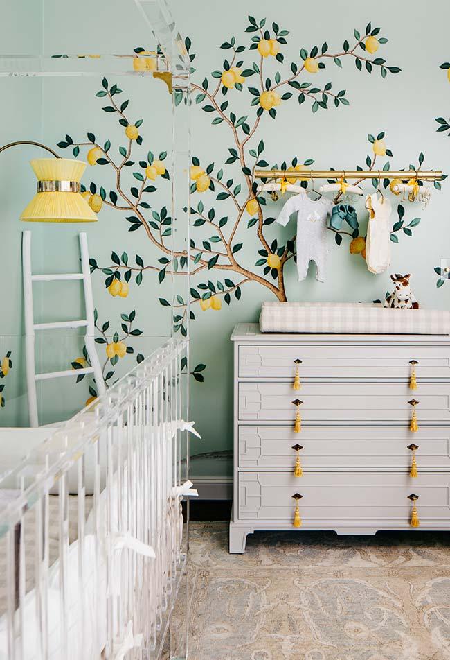 Pé de limão estampado no papel de parede para um quarto de bebê