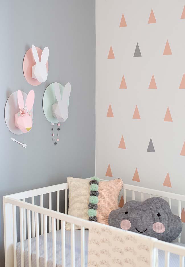 Rosa, cinza e azul: tons de um quarto de bebê moderno reproduzido em todos os elementos do quarto, inclusive no papel de parede