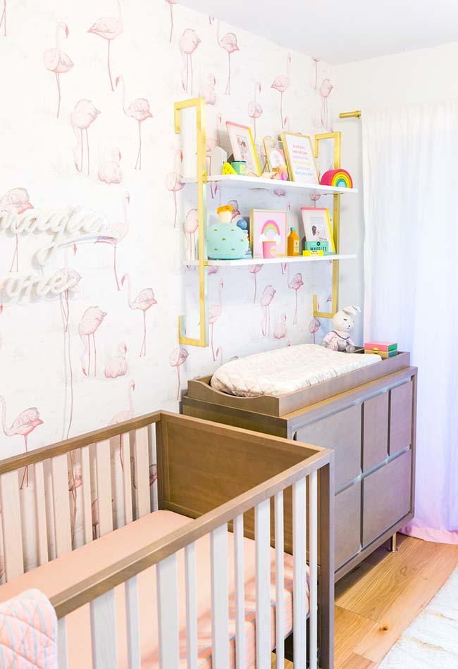 Papel de parede de flamingos deixa o quarto de bebê atualizado nas últimas tendências de decoração