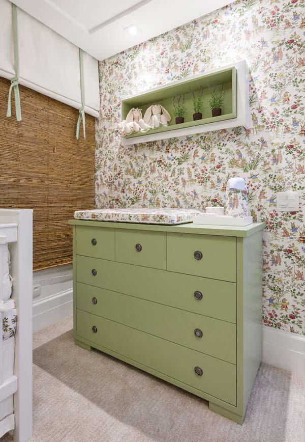 Floral e alegre: papel de parede é o grande destaque desse quarto e para combinar com ele, uma cômoda verde