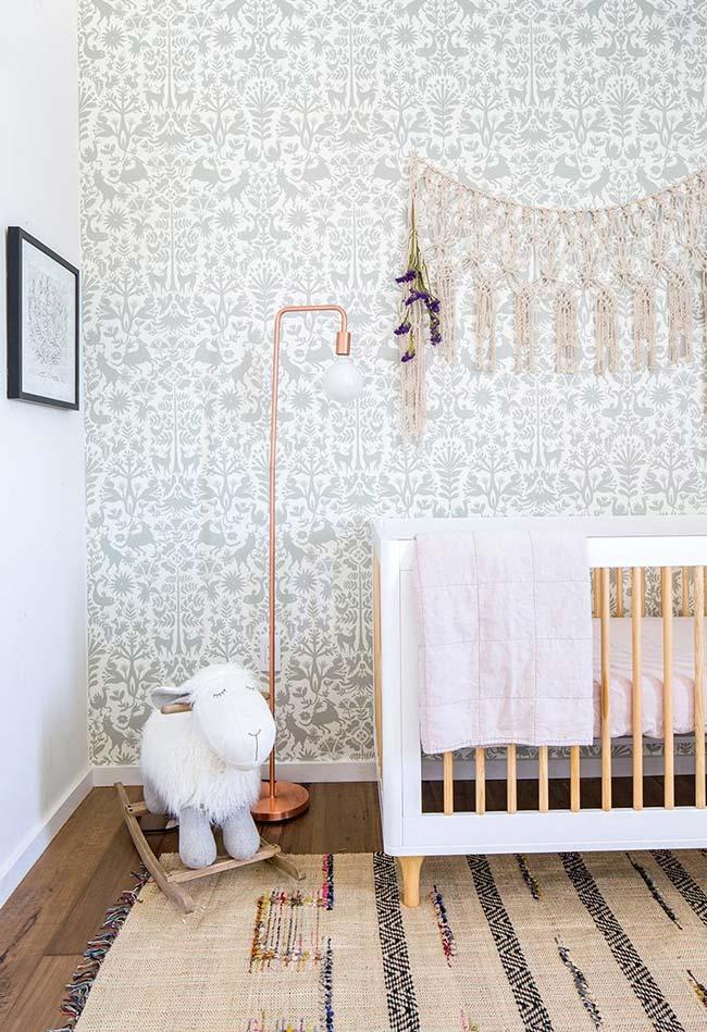 Interessante observar que os papéis de parede para quarto de bebê nem sempre precisam seguir cores e estampas infantis