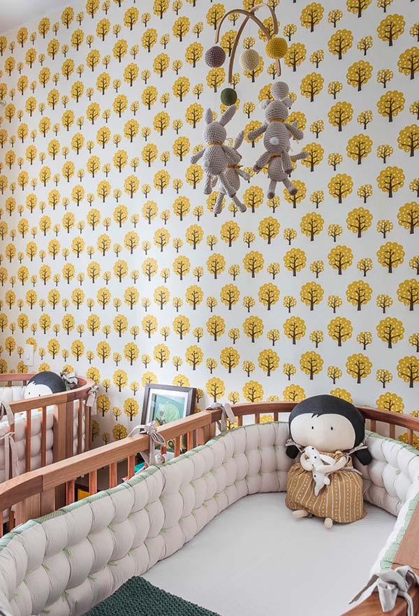 A presença viva e alegre da cor amarela do papel de parede deixa o quarto dos gêmeos mais acolhedor e aconchegante