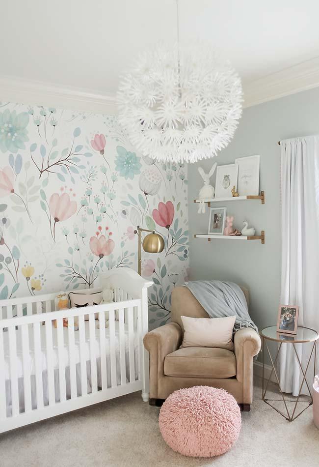 Quarto de bebê com decoração clean e papel de parede colorido e estampado