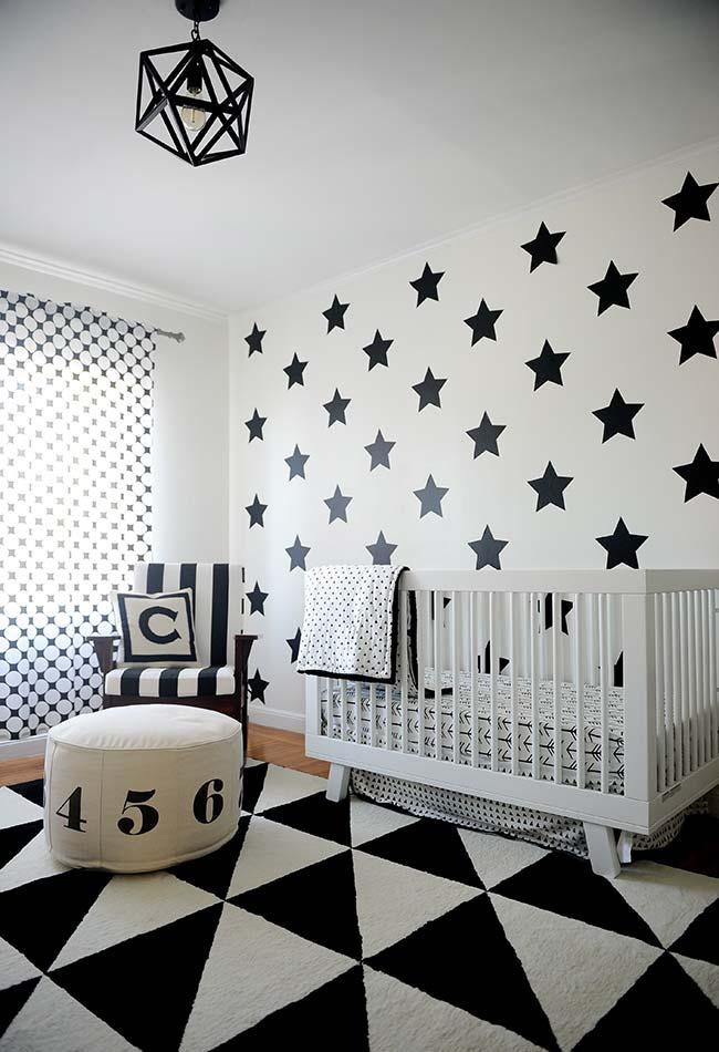 Quarto de bebê com papel de parede preto e branco